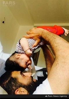 شهید عبدالصالح زارع در کنار فرزندش