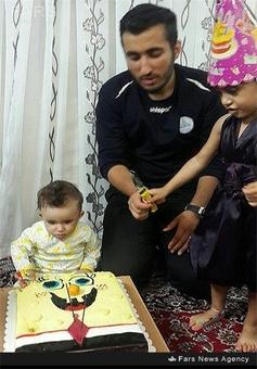 شهید محمد حسین میردوستی در کنار فرزندش