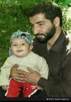 شهید محسن فانوسی در کنار فرزندش