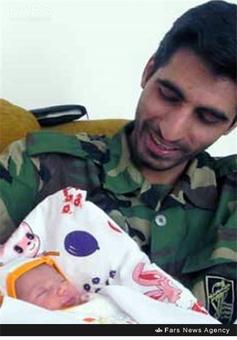 شهید محسن حیدری در کنار فرزندش