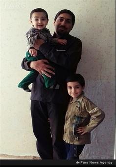 شهید سراجی در کنار فرزندانش