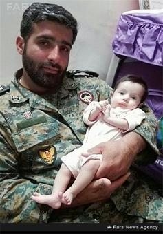 شهید مهدی ثامنی در کنار فرزندش