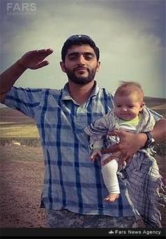 شهید محمود بیضایی در کنار فرزندش