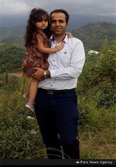 شهید امیر علی هیودی در کنار فرزندانش