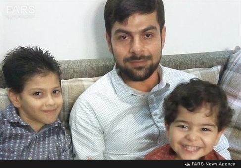 شهید محمد جهرمی استحکامی در کنار فرزندانش