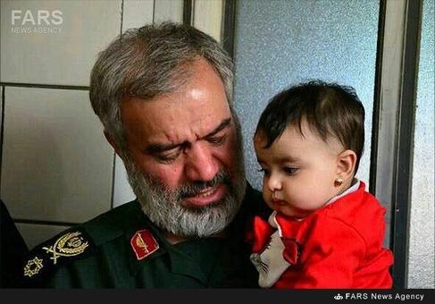 فرزند شهید جلیل خادمی در آغوش سردار فدوی فرمانده نیروی دریایی سپاه پاسداران