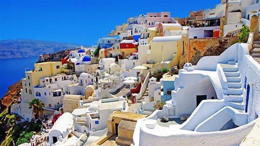 روستای آویا در جزیره سنتورینی که با نام «ترا» نیز شناخته می شود و در 200 کیلومتری کشور یونان در دریای اژه قرار دارد.