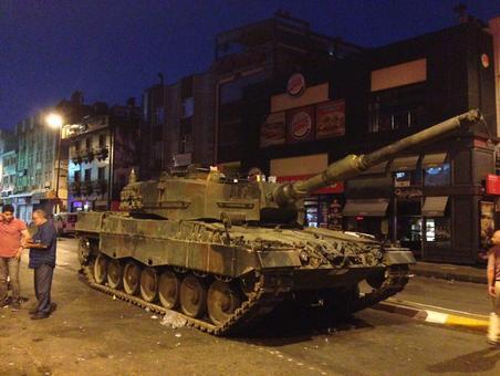 تانکهایی که بعد از کودتای شب گذشته ترکیه در میدان «اسکودار» استانبول باقی ماندهاند.