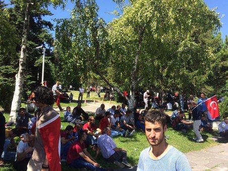 مردم در مقابل پارلمان ترکیه همچنان حضور دارند