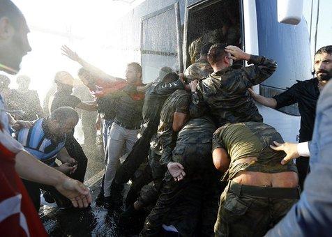 ارتشیهایی که تسلیم میشوند، به شدت کتک میخورند