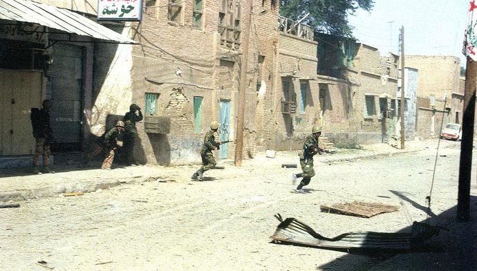 خیابان فخر رازی، جنب مدرسه مهرگان - تکاوران نیروی دریایی مشغول مبارزه با دشمن - 10 مهر 1359 - عکاس: رسول ملاقلی پور