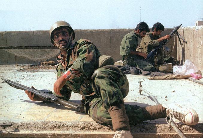 پشت بام یکی از خانه ها در خرمشهر - نیروهای ارتش، سپاه و مردم دوشادوش هم مشغول نبرد - عکاس: رسول ملاقلی پور
