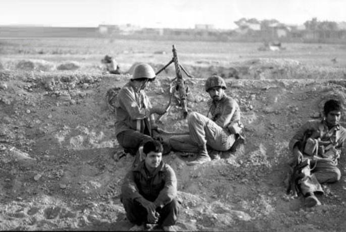 نیروهای مردمی با تجهیزات سبک خود بارها لشکرهای زرهی عراق را تا لب مرز به عقب راندند - 5 مهر 1359 - عکاس: سعید صادقی
