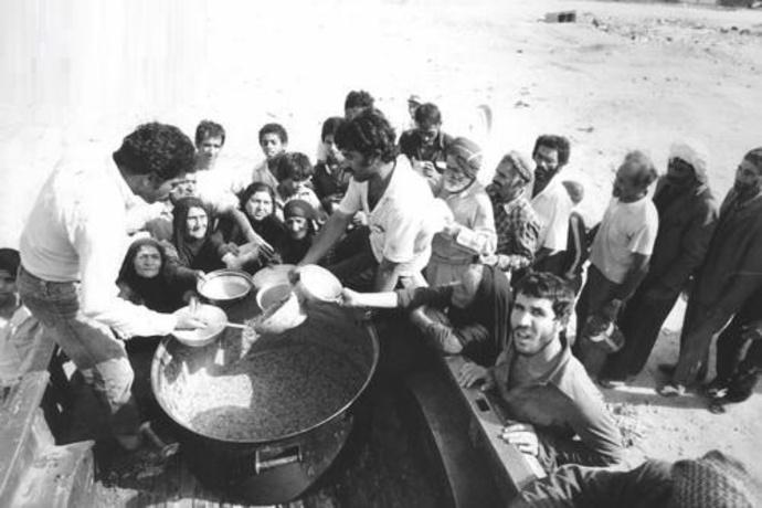 نیروهای مدافع علاوه بر جنگ، وظیفه کمک و غذا رسانی به معدود اهالی خرمشهر که در شهر مانده بودند را نیز داشتند - عکاس: سعید صادقی