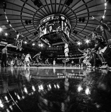 دیدار تیمهای بسکتبال کانزاس جیهاوکس و دوک بلو دویل
