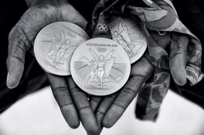 مدالهای طلا یوسین بولت در المپیک. دونده جامیکایی توانست در رقابت های ۱۰۰، ۲۰۰ و ۴ در ۱۰۰ متر قهرمان شود