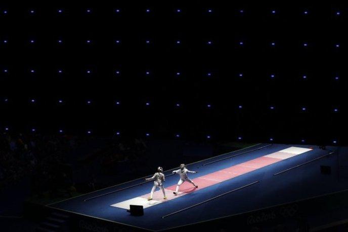 آنا مارتین مجارستانی در حال رقابت با مانون برون فرانسوی در مسابقات سابر المپیک ریو