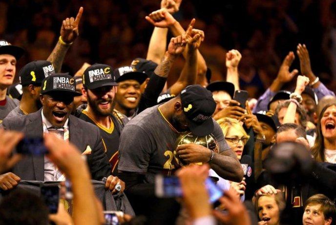 جام قهرمانی بسکتبال NBA در دستان لبرون جیمز. کلیولند کاوالیرز با شکست گلدن استیت وریرز در دیدار هفتم قهر مان این رقابت ها شد