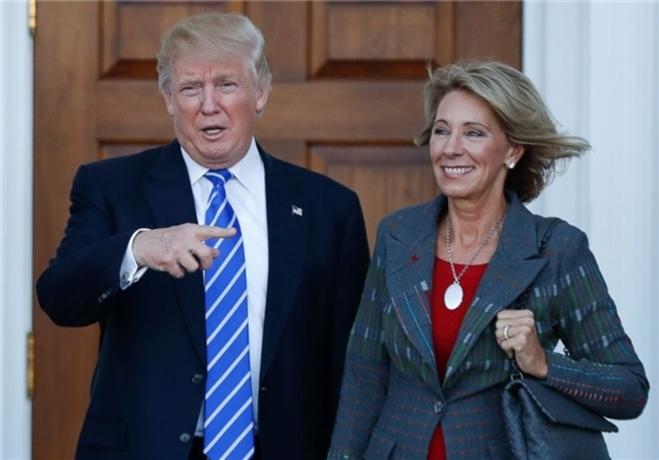 وزیر آموزش  ترامپ «بتسی دووس» از میلیاردرهای معروف و حامیان اصلی حزب جمهوریخواه را به عنوان گزینه وزارت آموزش معرفی کرده است.  او در جریان جلسه بررسی صلاحیتش گفت دانشآموزان باید با خود سلاح به مدرسه ببرند، چراکه «شاید خرس گریزلی به مدرسه حمله کند.»  این جمله دووس با انتقاد گستردهای مواجه شده است.