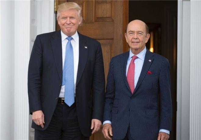 وزیر بازرگانی  «ویلبر راس»، یک سرمایهگذار میلیاردر و بنیانگذار شرکت «WL Ross & Co.» است. وی به دلیل تغییر ساختار شرکتهای شکستخورده و رو به ورشکستگی به عنوان «پادشاه ورشکستگی» شناخته میشود. مجله فوربس، ثروت وی را 2.9 میلیارد دلار تخمین زده است.