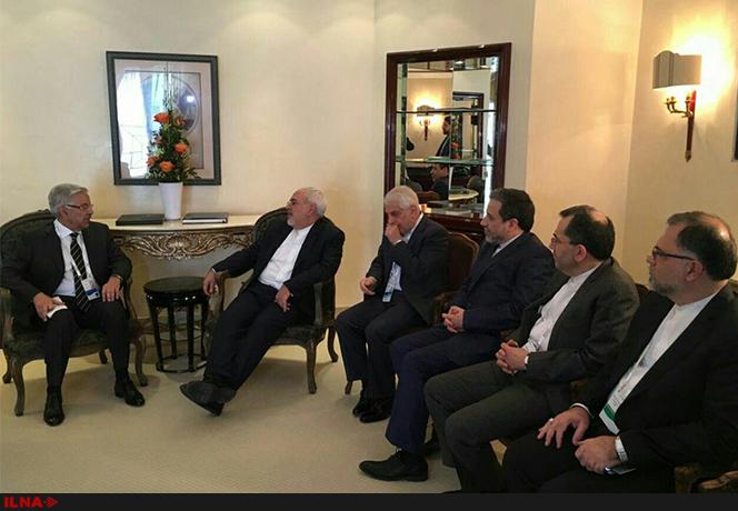 وزیر دفاع پاکستان در حاشیه کنفرانس امنیتی مونیخ با وزیر امور خارجه جمهوری اسلامی ایران دیدار و گفتوگو کرد.