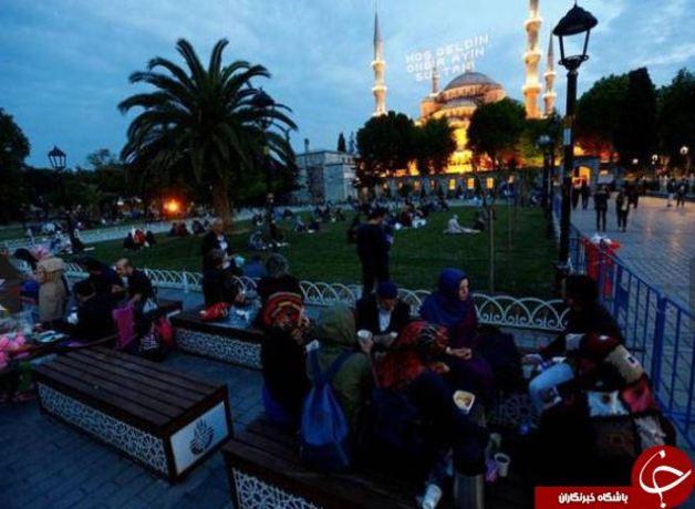 لحظه افطار در مسجد سلطان احمد استانبول، ترکیه