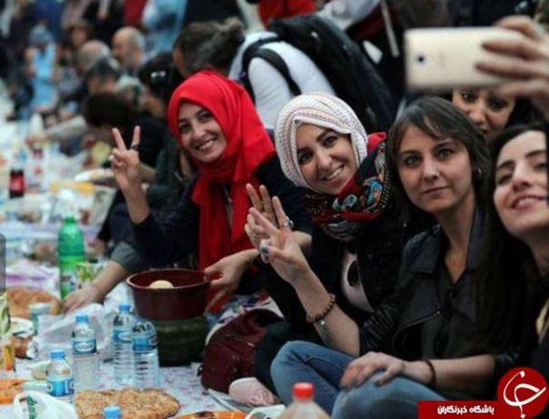 افطاری عمومی در خیابان استقلال شهر استانبول