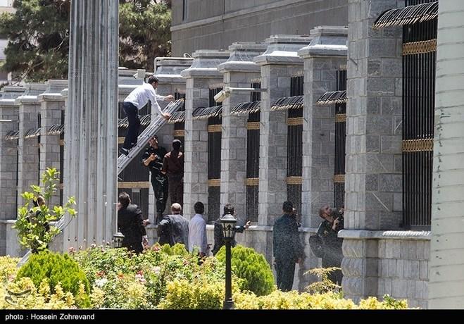 لحظه تیراندازی تروریستها در مجلس