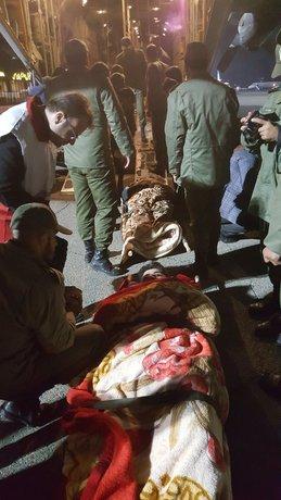 تلاش شبانه نیروهای امدادی برای انتقال مجروحان به تهران. سرباز جوان میگفت در حال نگهبانی بوده که سقف روی سرش خراب شده و ۳ ساعت زیر آوار بوده. اتفاقی موبایلش را برده و با آن به دوستانش خبر داده که کجاست تا نجاتش دهند. دو دوست دیگرش کشته شدند.
