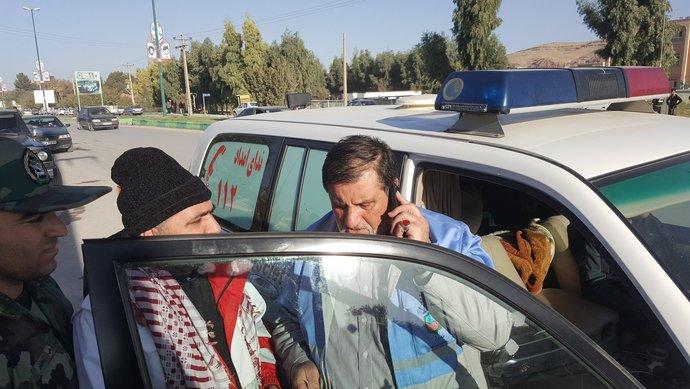 صبح روز دوم زلزله. نجار رئیس ستاد بحران کشور پشت تلفن به کسی میگوید چرا امکانات اول شهر تمام میشود. حتی خانواده کسانی که آسیب جانی دیدهاند از کمترین امکانات برخوردارند با کمترین اعتراض. اما برخی که کمترین آسیب را دیدهاند دنبال امکاناتند.