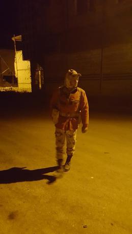 سرباز وظیفه محمد خیری ۴۸ ساعت نخوابید بود. جیرهاش را هم داده بود به زلزله زدهها. میگفت خودش جنازه یک خانواده ۳ نفری را از زیر آوار در آورده که همدیگر را بغل کرده بودند... هنوز از ساختمانها و وسائل باقی مانده نگهبانی میداد.