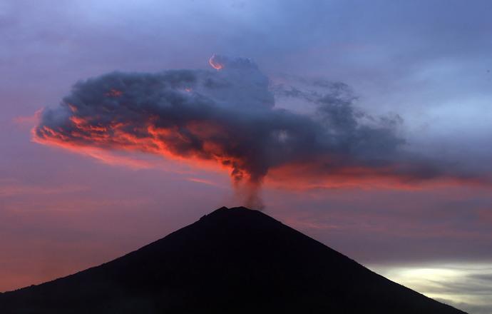 ابری از خاکسترهای آتشفشانی در بالی اندونزی