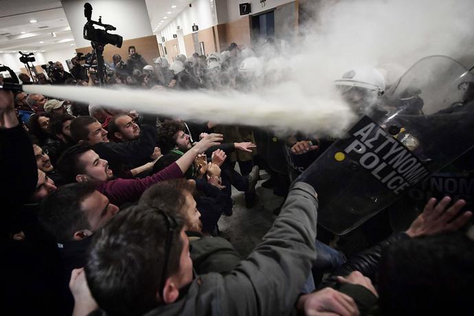 استفاده از گاز اشک آور توسط پلیس آتن علیه معترضان به اصلاحات اقتصادی در یونان