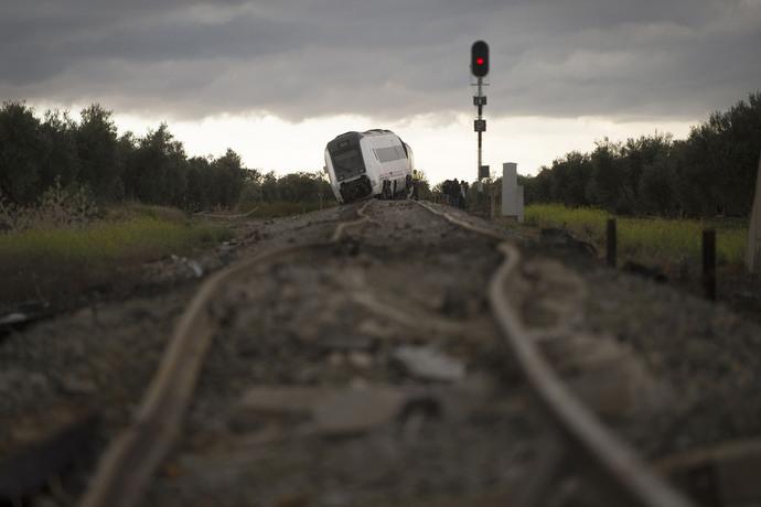 انحراف قطار از مسیر در اسپانیا بر اثر بارش سنگین باران. این قطار با 79 مسافر از مالاگا به سویا در حال حرکت بود.