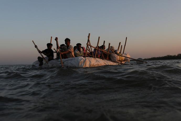 آوارگان روهینگا میانمار سفر بر قایق دست ساز در حرکت به سمت بنگلادش.