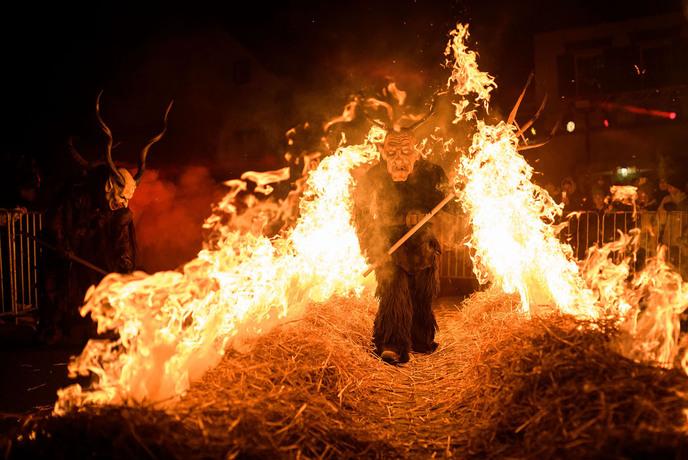 مردی ذر لباس کرومپوس در اسلوونی از میان آتش می گذرد؛کرومپوس شخصیتی خیالی شیطانی و در مقابل بابانوئل است. کرومپوس در کریسمس برای تنبیه افراد بدکار حلول می کند.