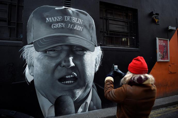 عکس گرفتن از نقاشی ترامپ در دوبلین