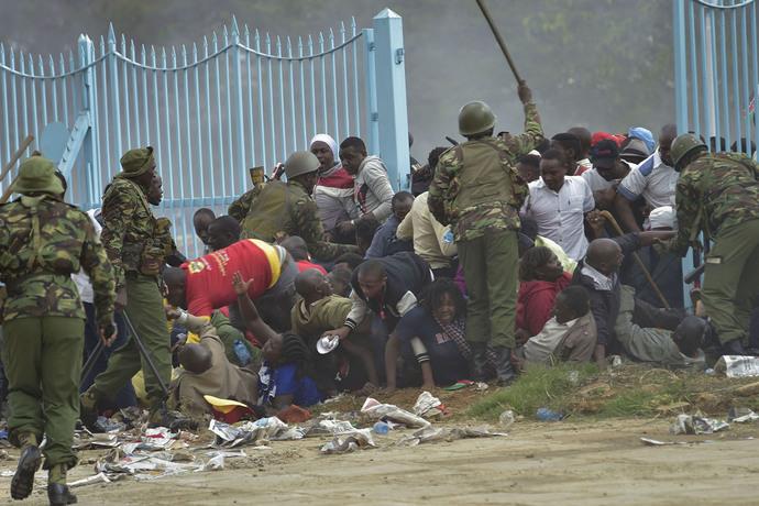 تلاش پلیس کنیا برای ممانعت از ورود طرفداران رئیس جمهور کنیا به مکانی که مراسم تحلیف رئیس جمهور در آنجا برگزار می شود.