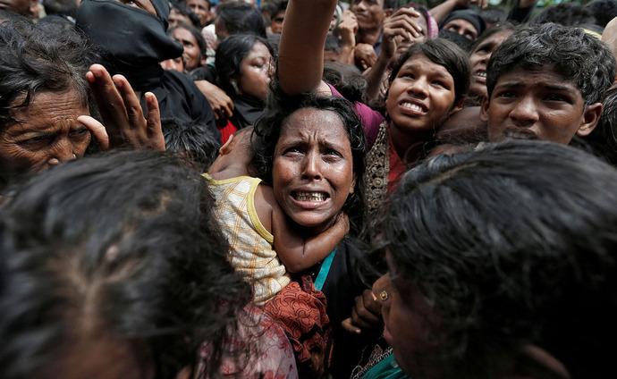 زن پناهنده روهینگیایی منتظر دریافت کمک در بنگلادش