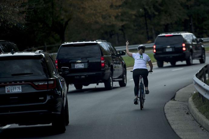 جولی بریسکمن که با حرکت توهین آمیز انگشت در مقابل کاروان خودروهای ترامپ تنفر خود را از او نشان داد. پس از انتشار این عکس جولی از محل کارش اخراج شد.