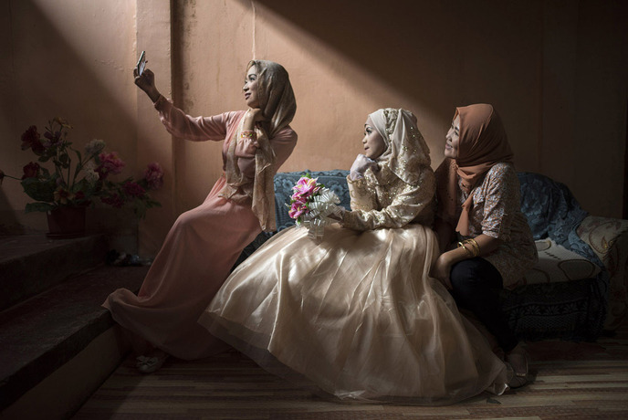 دختری در جنوب فلیپین که شب قبل از عروسی در حال گرفتن عکس یادگاری با دوستانش است.