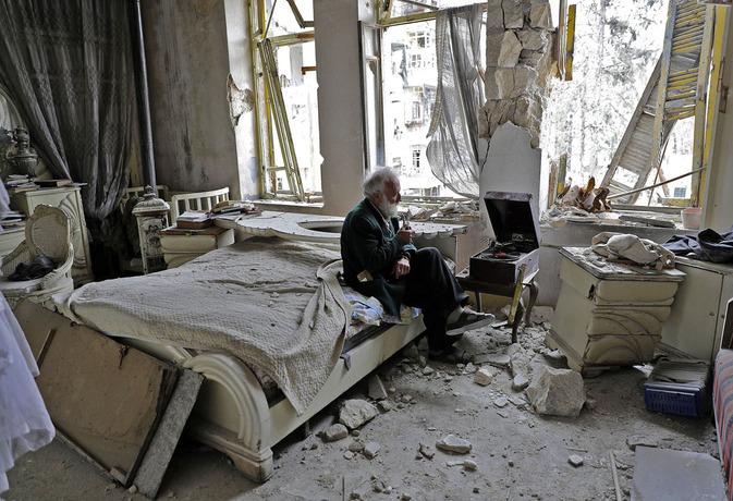 محمد محی الدین یا همان ابو عمر؛سوریه هفتاد ساله در ااق مخروبه اش با پیپ در دست،موزیک گوش می دهد و به فکر ساخت مجدد خانه اش است.