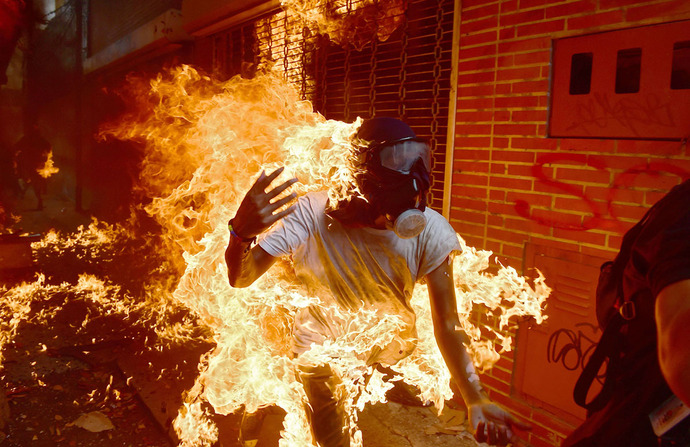 آتش گرفتن یکی از معترضان به سیاست های نیکولاس مادور رئیس جمهور ونزوئلا