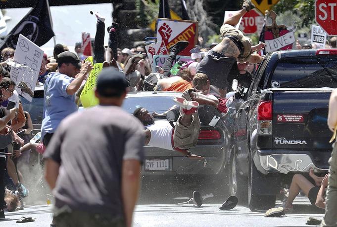 پرواز مردم در آسمان! حمله با ماشین توسط نژاد پرستان سفید پوست به مردم در ویرجینیا؛ در این حادثه یک نفر کشته و نوزده نفر زخمی شدند.