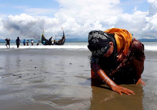 یک زن خسته روهینگیایی در سواحل بنگلادش بر ساحل نشسته است. او با قایق از مرز میانمار و بنگلادش عبور کرده و چنین خسته به بنگلادش رسیده است. تا کنون بیش از 600 هزار روهینگیایی از ترس جان به بنگلادش گریخته اند.