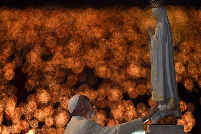 پاپ فرانسیس در حال لمس مجسمه فاطیما در پرتغال.اطیما یکی از شهرهای کشور پرتغال است. شهرت آن به خاطر واقعه بانوی ما فاتیما است که در سال ۱۹۱۷ رخ داد. سه کودک روستایی در آن سال ادعا کردند که مریم (مادر عیسی مسیح) در دشتی در بیرون این شهر بر آنها ظاهر شد. از نام «بانوی فاتیما» نیز برای اشاره به آن بانو استفاده میشود. از آن به بعد هر ساله هزاران نفر از شهر کوچک فاتیما زیارت و بازدید میکنند.