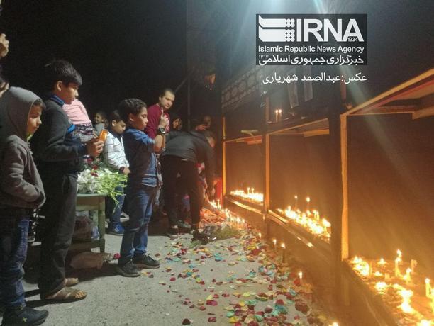 حضور شماری از بوشهری ها در محل مجتمع اداری مسکونی ملی نفتکش و اهدا دسته گل و روشن کردن شمع به یاد کارکنان کشتی نفتکش سانچی