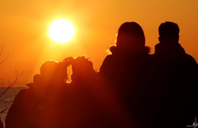 مردم در توکیو اولین طلوع خورشید سال 2018 را تماشا می کنند.