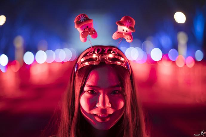 دختر جوان چنینی،سال نو میلادی را با چنین شکلی و شمایلی در پکن جشن گرفته است.