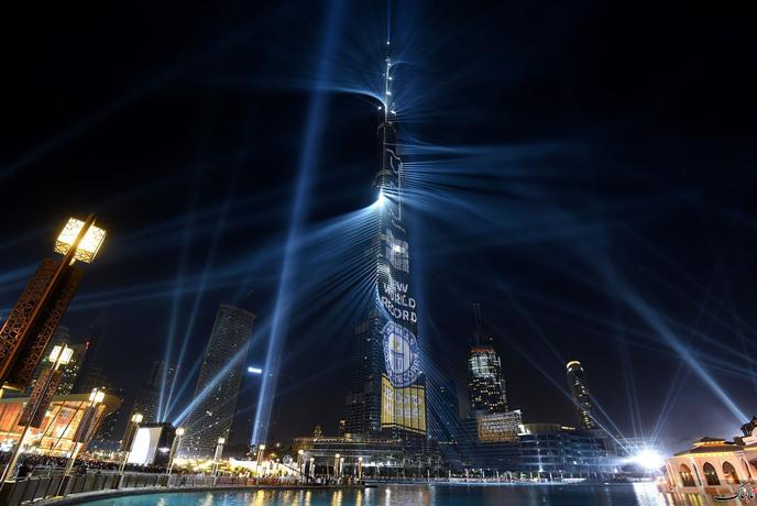 برجی خلیفه دوبی در شب سال نو میلادی؛نوری که با لیزر بر بالای برج تابیده شده رکورد بلندترین نور تابیده شده بر یک ساختمان را در اختیار دارد.